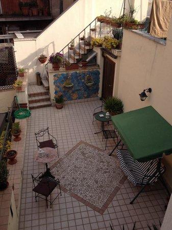 Locanda Herion : Вид из окна номера на террасу