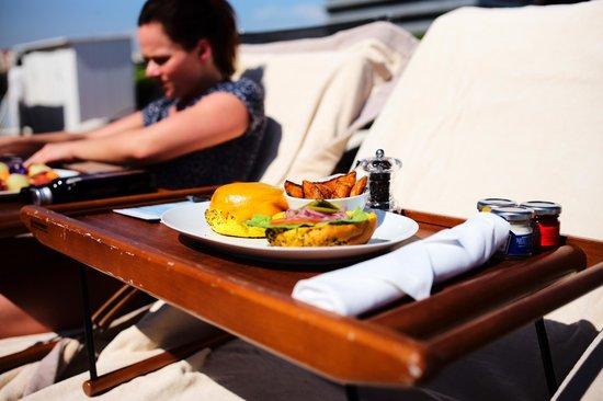 Hotel Arts Barcelona: Amazing hamburger by the pool