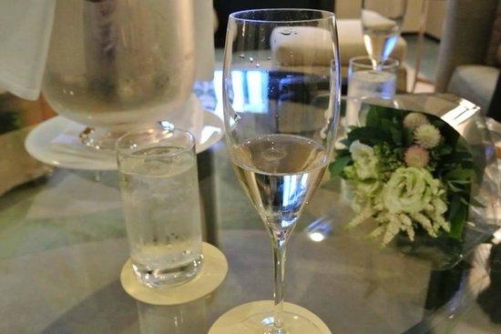 Park Hyatt Tokyo: ルームサービスでシャンパン