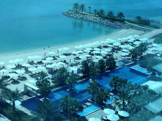 Fairmont Bab Al Bahr: View onto the Pool and beach