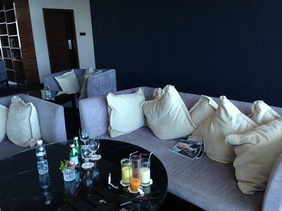 Fairmont Bab Al Bahr: TV Lounge
