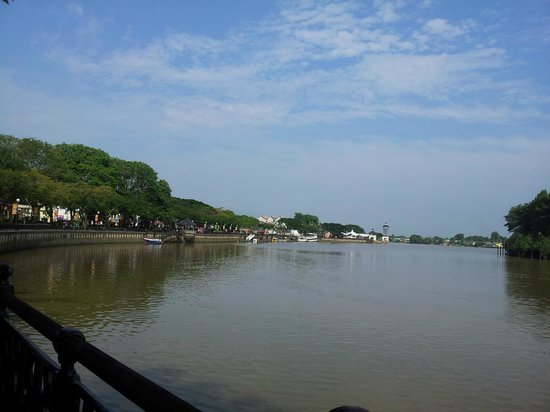 Kuching Esplanade : One end of the long stretch of waterfront
