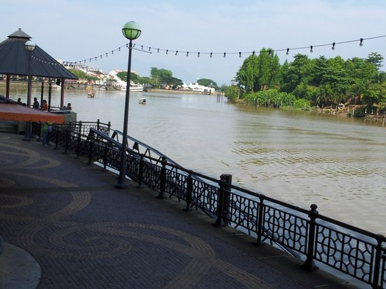 Kuching Esplanade : Walkway along the Waterfront