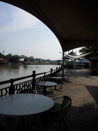 Kuching Esplanade : The few tables and chairs of a food kiosk along the waterfront