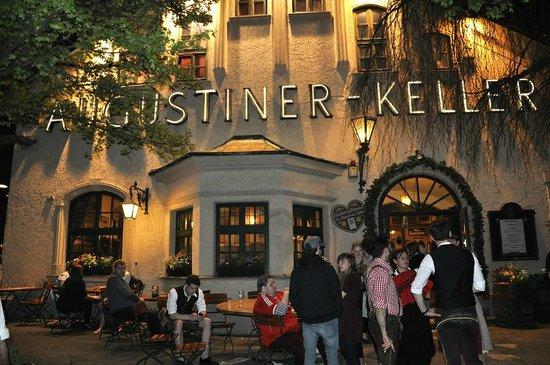 Augustiner-Keller: Вход в основное здание ресторана