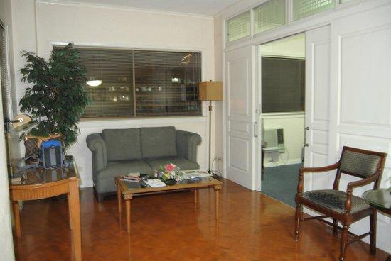 Boulevard Mansion: spacious living room