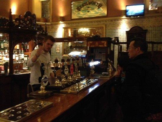 Edinburgh Literary Pub Tour: ordering scottish ale at the last pub stop