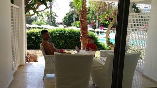 Grecian Sands Hotel : terasse