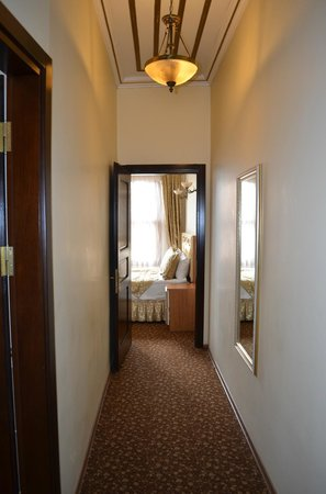 Blue Eye Suites: коридор между комнатами