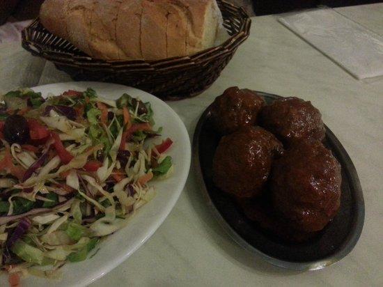 Scholarchio Restaurant : cabbage salad, bread basket & meatballs
