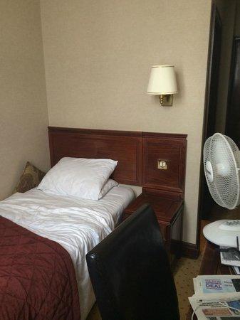 Grange Rochester Hotel: 7ft x 7ft wardrobe room