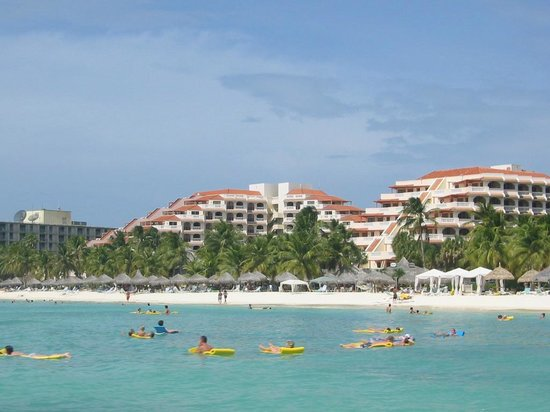 Playa Linda Beach Resort: view of the hotel from the sea