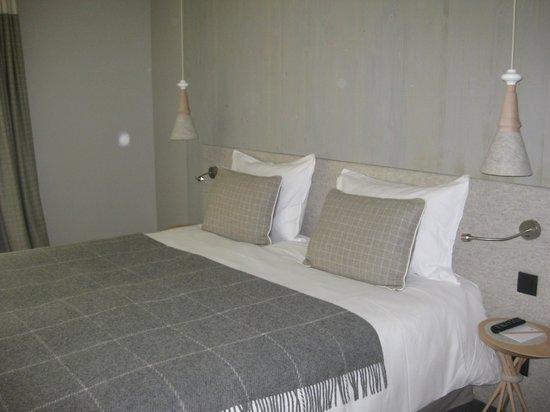 Hôtel l'Héliopic : huge bed