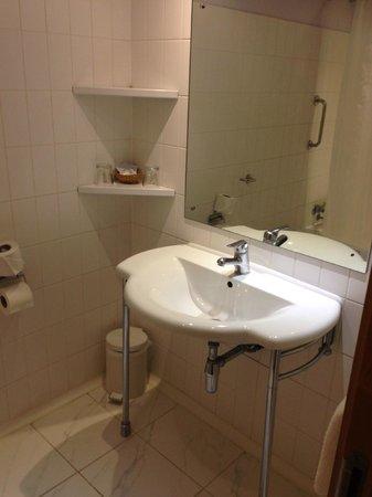St Giles Heathrow - A St Giles Hotel : Basic Bathroom