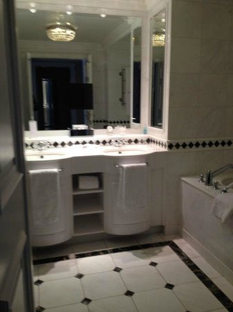 Powerscourt Hotel, Autograph Collection: Luxurious bathroom