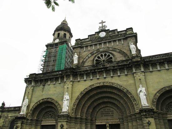 Intramuros: マニラ大聖堂、工事中。