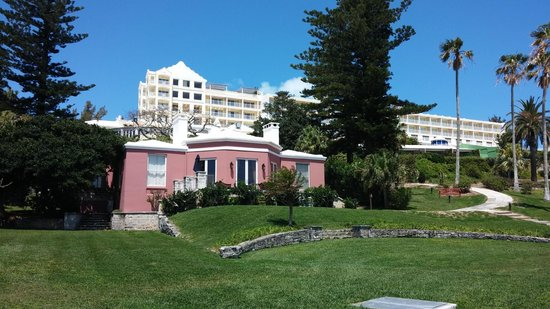 Elbow Beach, Bermuda: View of the main hotel from outside our block ;-)