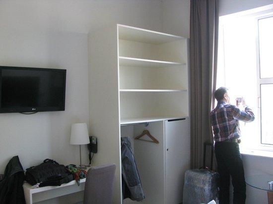 """BEST WESTERN Zaan Inn: Единственный """"шкаф"""".За дверцей-неработающий сейф и холодильник"""