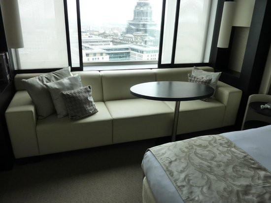 The Hotel - Brussels: Nice big and modern leather sofa under the window