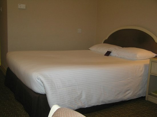 """Mercure Abu Dhabi Centre Hotel: 140x200 """"double"""" bed"""