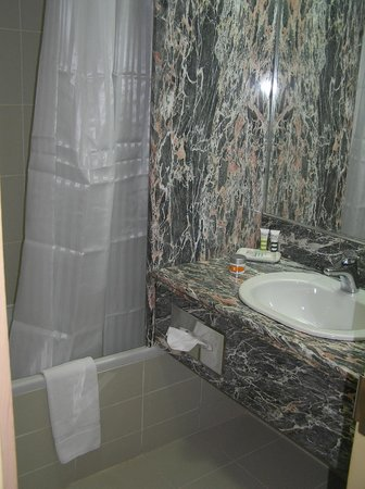 Mercure Abu Dhabi Centre Hotel: small bathroom