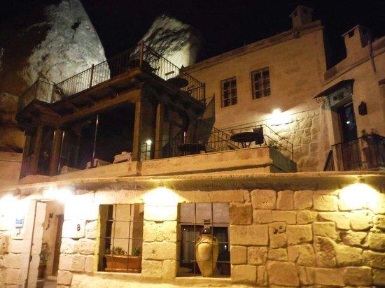 Divan Cave House: 外から、夜もいい感じ