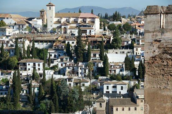 Las-Tres-Terrazas: B&B vu de l'Alhambra (devant le muret blanc)