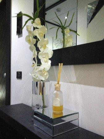 Hotel Napoleon: Fiori freschi e profumatore Culti in corridoio.