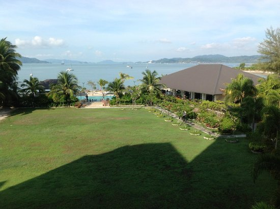 Bella Vista Waterfront Resort & Spa Langkawi: Garden, pool and dining room