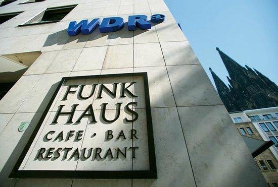 Funkhaus - Café, Bar, Restaurant: Das Café Funkhaus - mit Blick auf den Kölner Dom
