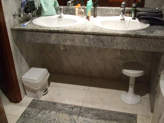 Hotel Avenida: The double sinks