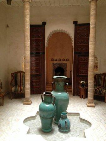 Riad Malaika: Entrée du Riad,jarre sous puits de lumière