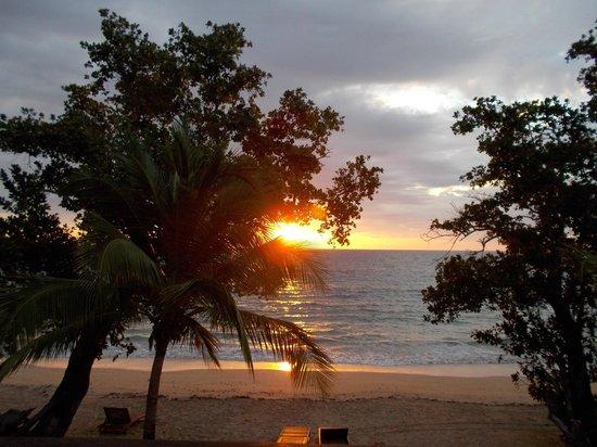VOI Amarina resort : Uno dei tramonti meravigliosi da godere con un buon aperitivo  nella zona bar adiacente spiaggia