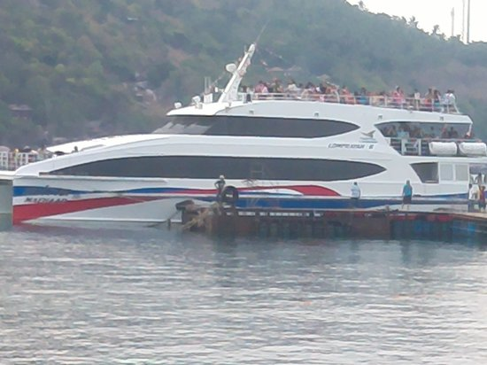 Nangyuan Island Dive Resort: Catamaran offloading the day tourists
