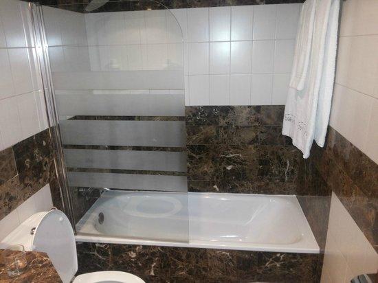 Hotel Balmes: Salle de bain avec baignoire