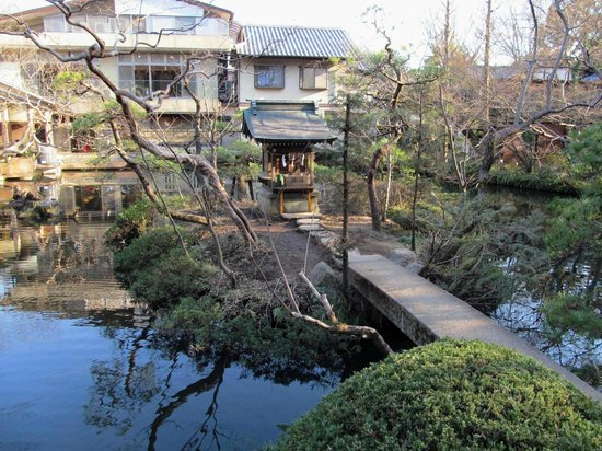 Jindai-ji Temple : Пруд с (синтоистским) алтарём