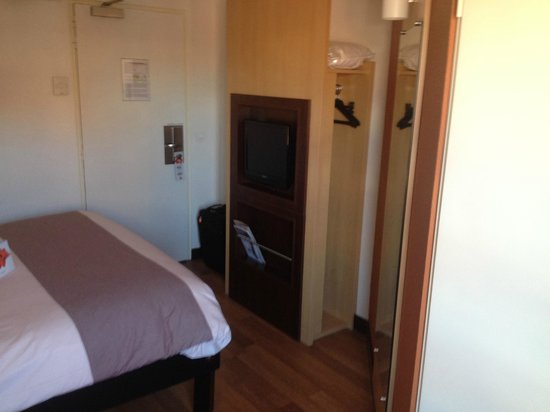 Ibis Toulouse Centre: Door close to TV/Wardrobe unit