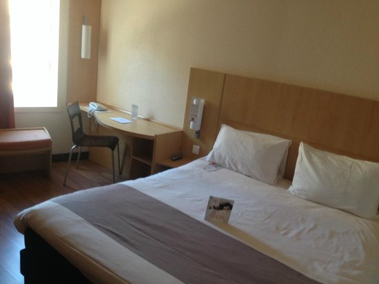 Ibis Toulouse Centre : Nice window and very comfortable bed