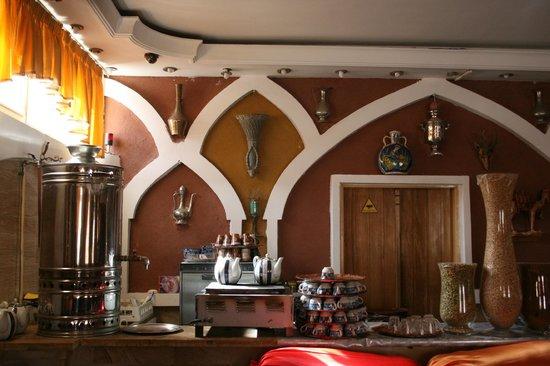 Hotel Abyaneh: Tea in the lobby