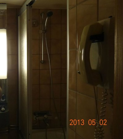 Radisson Blu Royal Viking Hotel, Stockholm: dark,disgusting bathroom ,oldest Iv seen