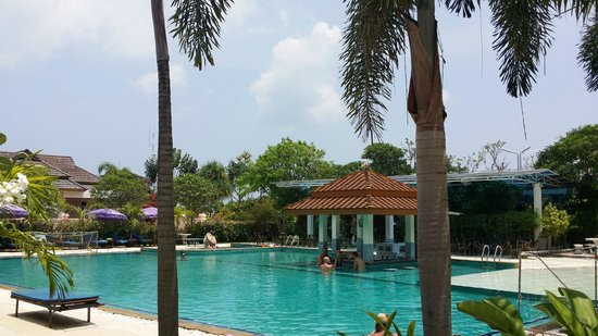 Chalong Beach Hotel and Spa : pool area