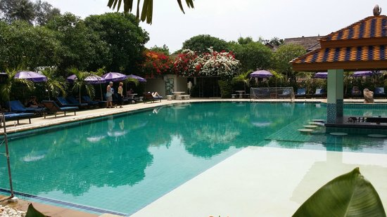 Chalong Beach Hotel and Spa: pool area