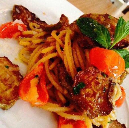 Il Principe e l'Oste: spaghettone di kamut con zucchine fritte, cacio, menta e pomodorino