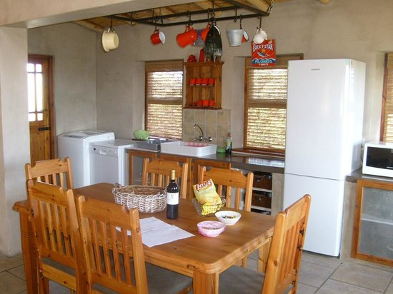Sandpiper Guest Cottages and The Oystercatcher Trail : kitchen and dining area in the house