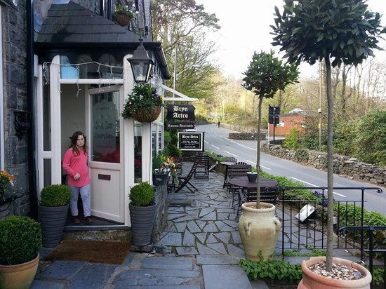 Bryn Artro Country House : Child at Entrance