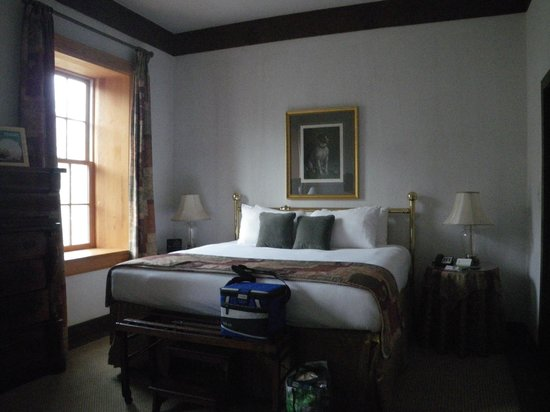 Millcroft Inn & Spa: Our room - antiques and deep casement windows. Great king bed.