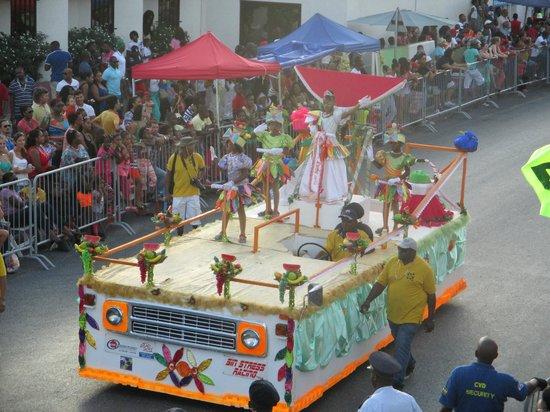 Mustique Suites Curacao: Uitzicht op de carnavalparade vanuit het hotel