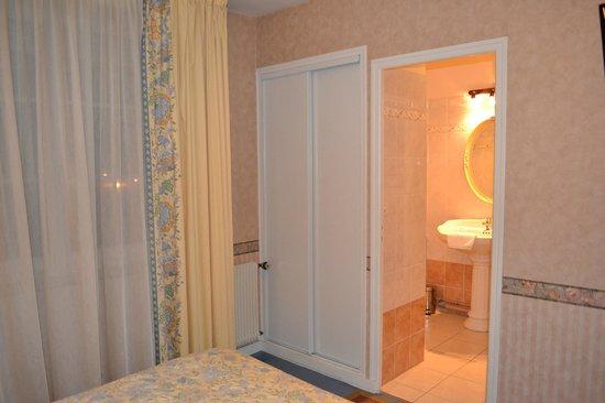 Hotel le Castel : Salle de Bains chambre standard