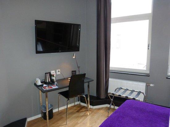 Connect Hotel City: DER Tisch mit Wasserkocher und Tee,Kaffee, Zucker, Milchpulver