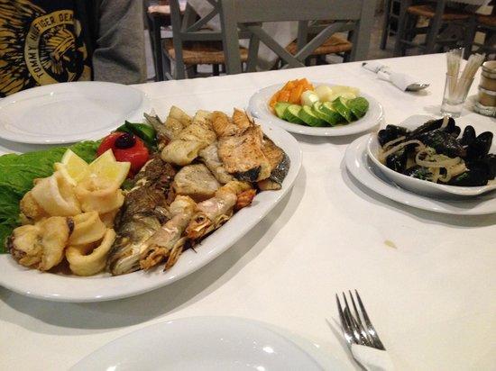 Aspri Avli Garden Restaurant: Seafood platter